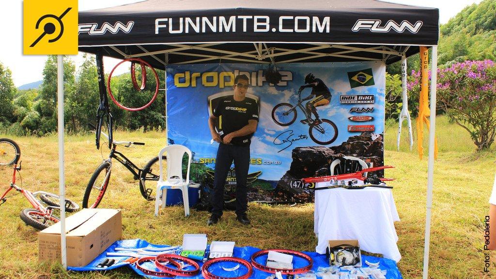 Cris Santos e a tenda da Dropbike com bikes e peças específicas para o Biketrial