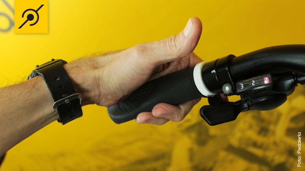 Para reduzir marchas no câmbio dianteiro (coroas), utilize o dedo indicador no Rapid Fire do lado esquerdo do guidão