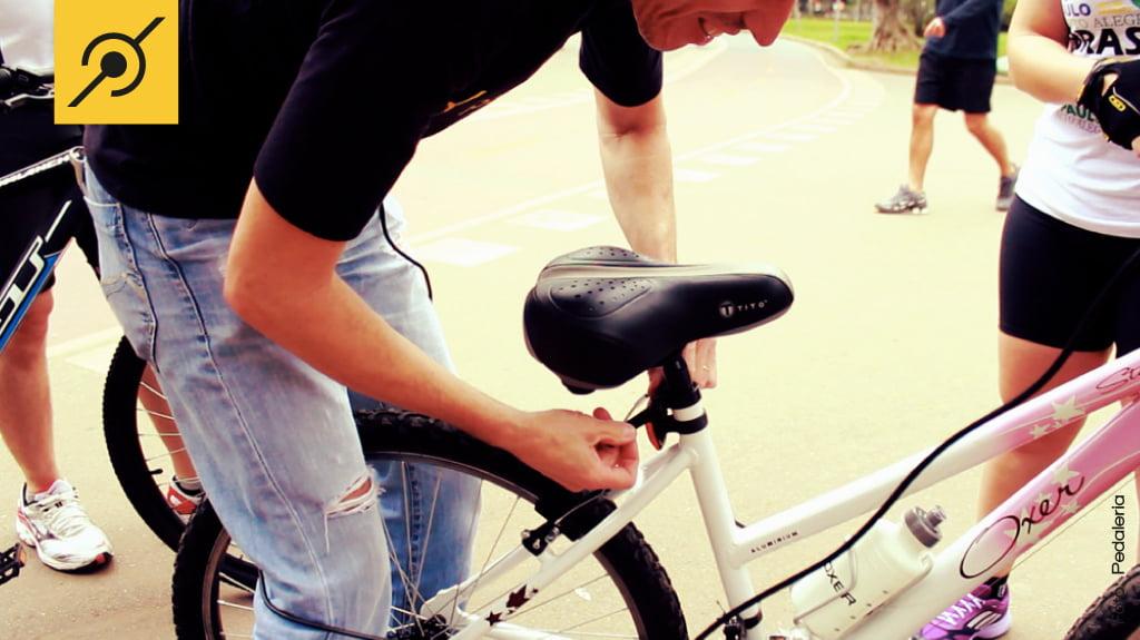 Edu Capivara dando um help para os ciclistas, ensinando como ajustar o selim corretamente.