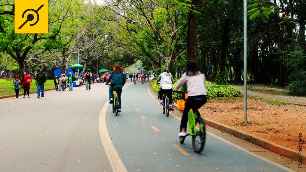 Ciclistas passeando com selim baixo e sem capacete