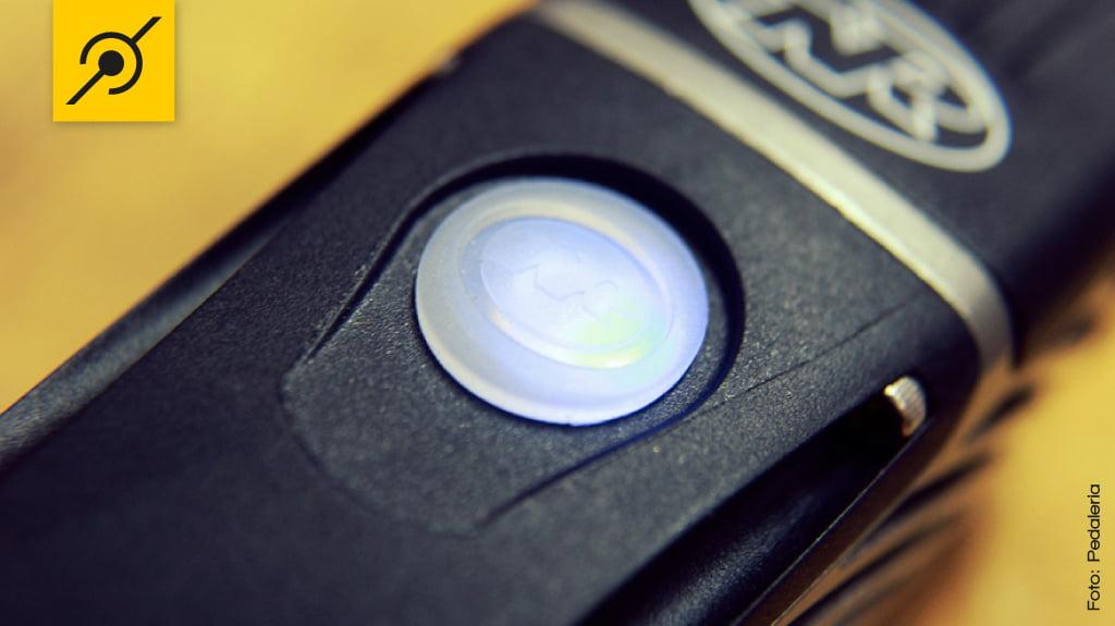 Detalhe do botão emborrachado e iluminado, mesmo dentro da camisa de ciclismo dá pra ver se está ligado ou não.