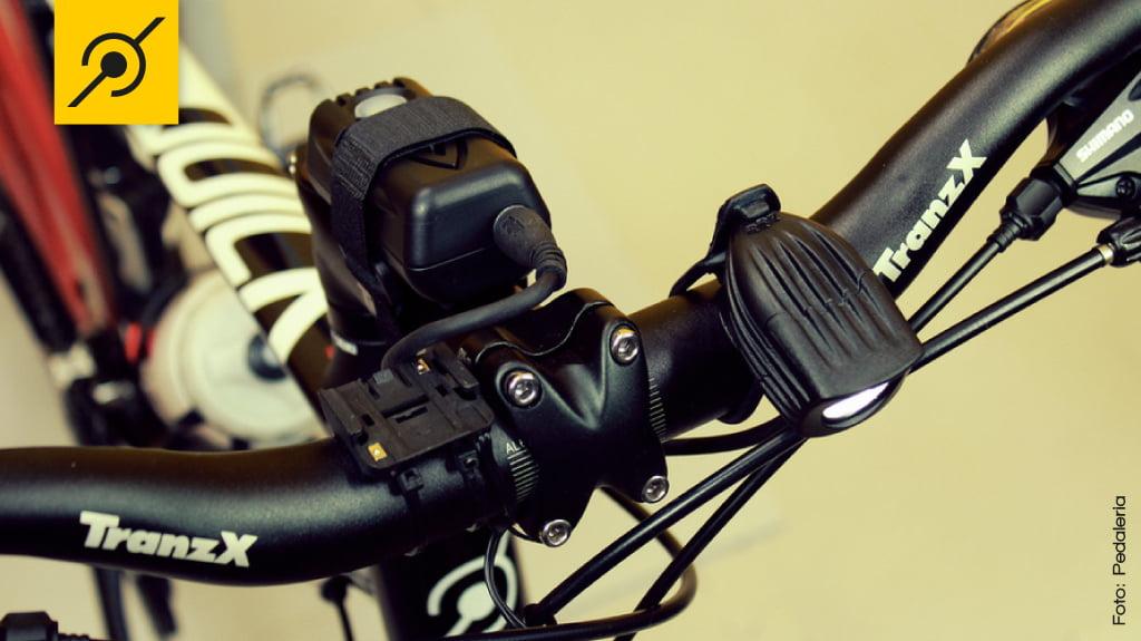 O mesmo farol do capacete pode ser instalado na bicicleta.