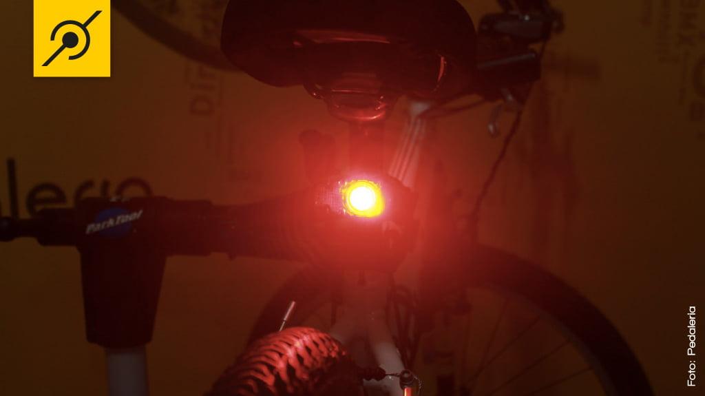 A lanterna esbanja potência, mesmo sendo pequena o LED CREE dá conta do recado.