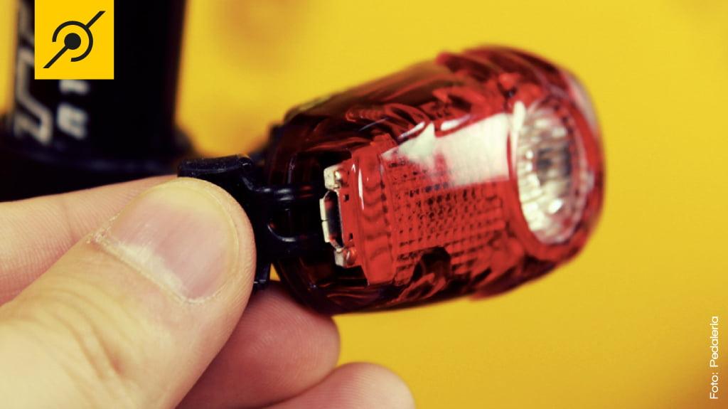 Não somente o farol, mas também a lanterna possui entrada USB para carregar a bateria