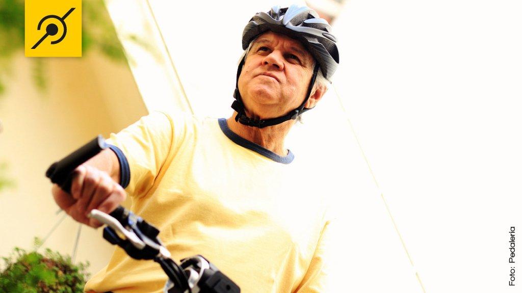 Idosos pedalando