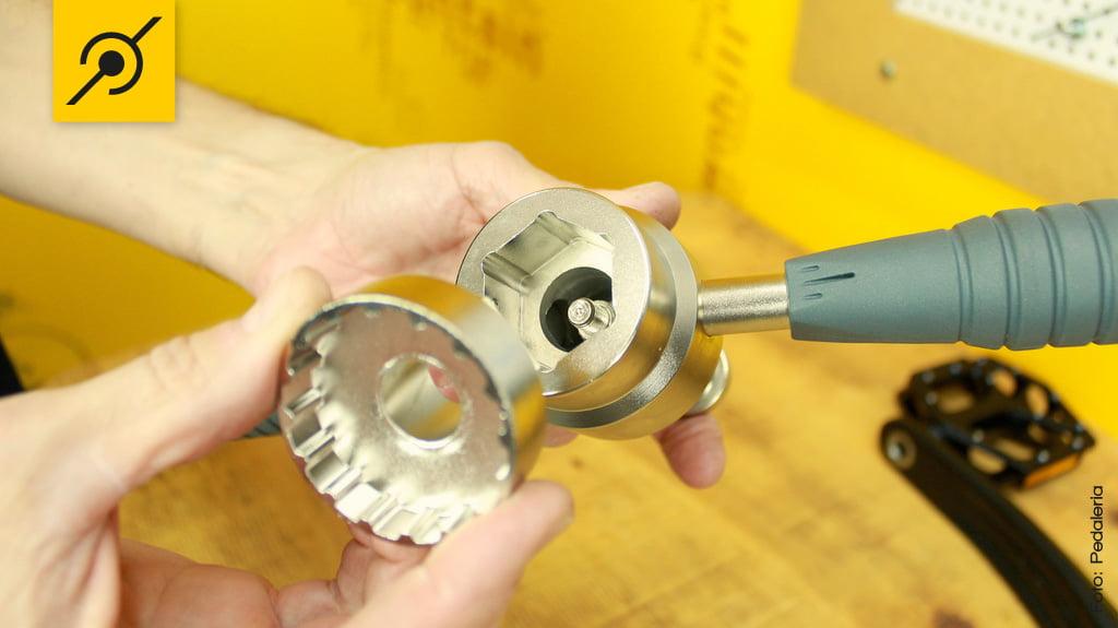 Encaixe o extrator na ferramenta.