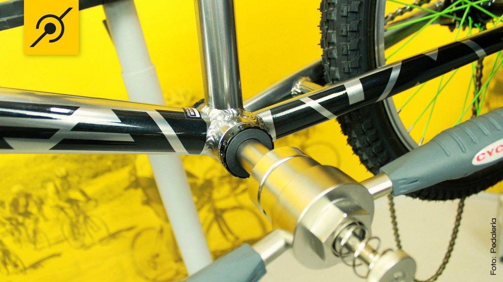Encaixe a ferramenta nos rolamentos do central até que o extrator engate nas caixas externas