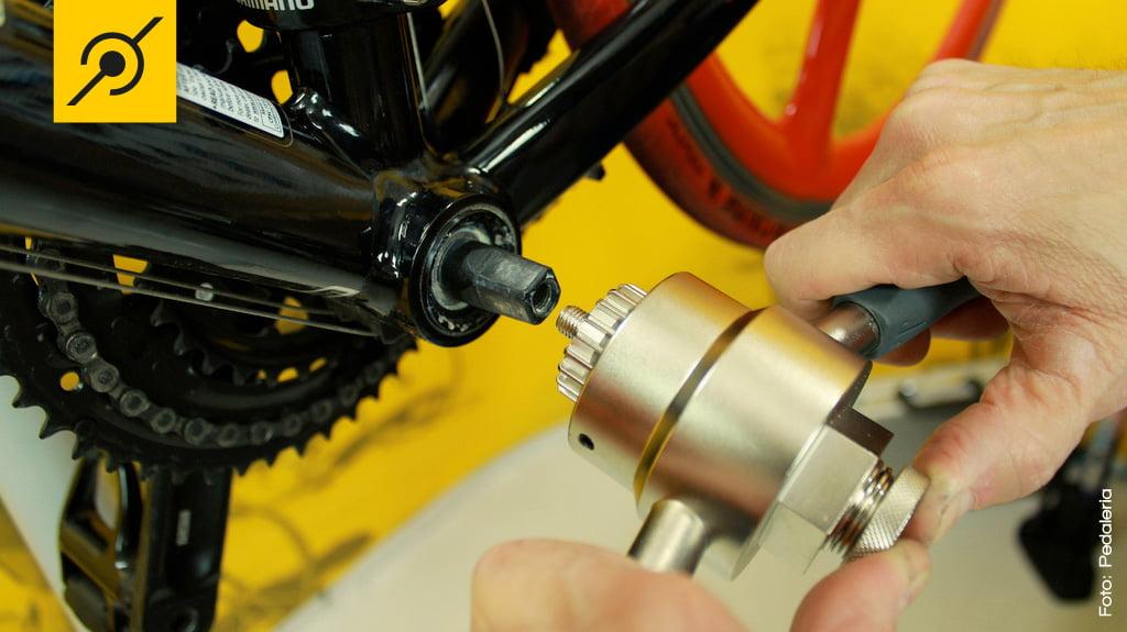 Com o extrator instalado na ferramenta, conecte a parte central na rosca do eixo.