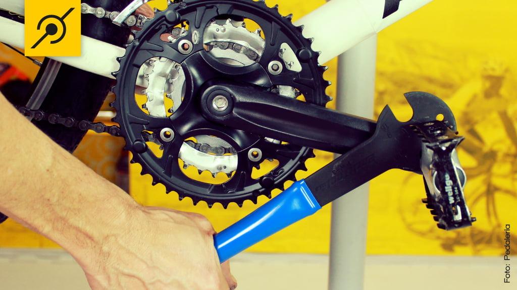 Apertando as peças da bike