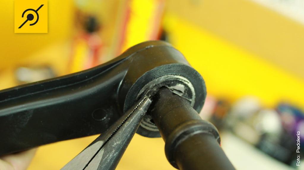 A sobra de lâmina pode ser removida com alicate de bico.