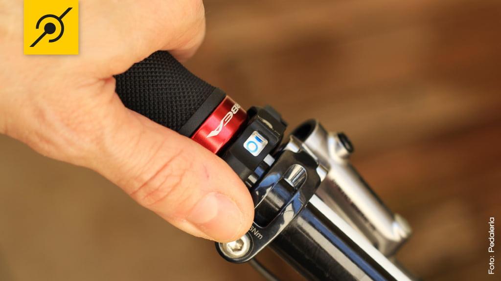 Para travar a suspensão é só deslocar o interruptor para frente, a indicação da trava é feita por um led.
