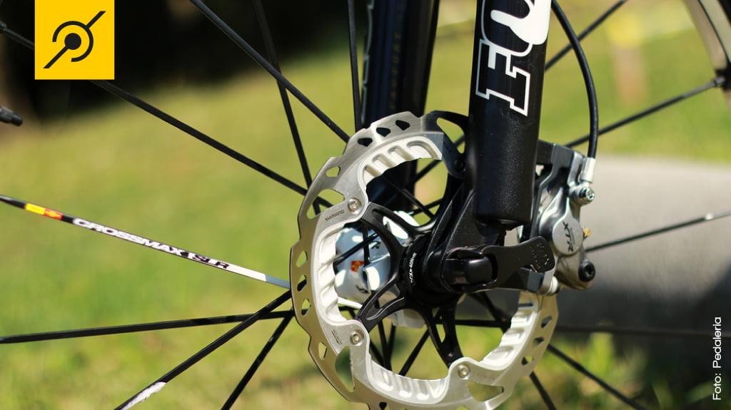 Rotores com dissipadores de calor, mais eficiência nas frenagens longas.