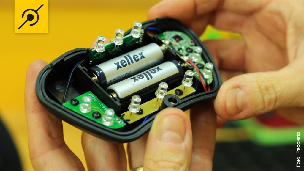 Duas pilhas pequenas tipo AA alimentam os dez leds da lanterna com sete funções.