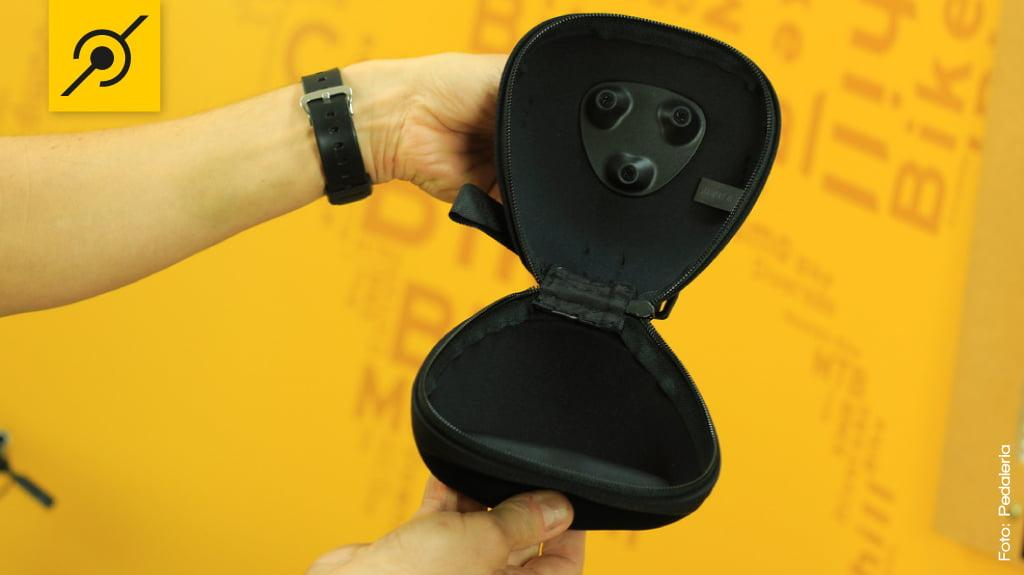 Moldada em neoprene, a bolsa tem boa capacidade de carga para ferramentas, câmara de ar, carteira, etc.