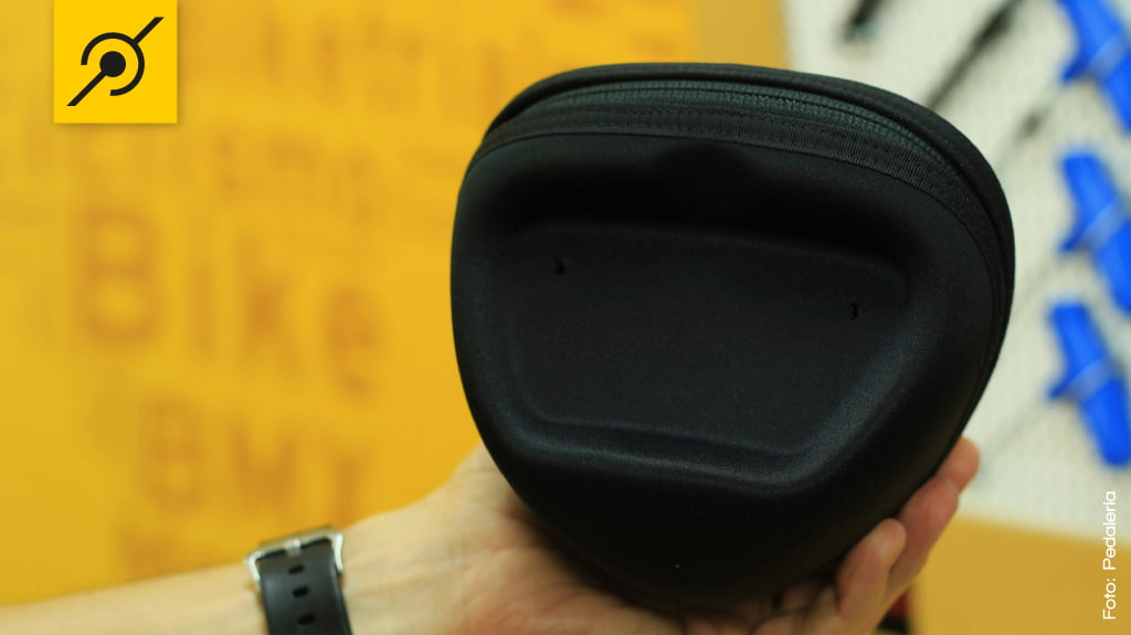 A lanterna é instalada na bolsa com dois parafusos para chave fixa 8mm, única ferramenta necessária durante todo o processo de instalação.