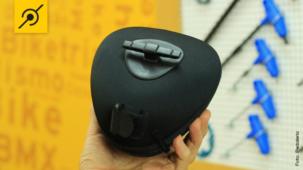 """O suporte em forma de """"T"""" prende a bolsa na ferragem inferior do selim sem precisar de qualquer adaptador ou ferramenta especial."""