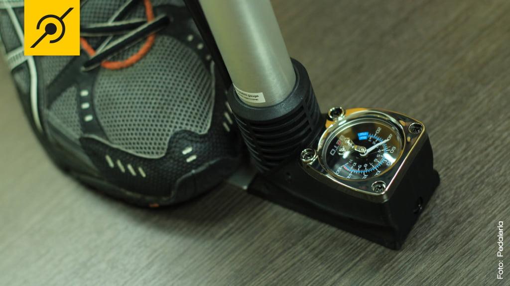 Colocando a ponta do pé na base, a bomba fica firme e você resolve rapidinho a calibragem.