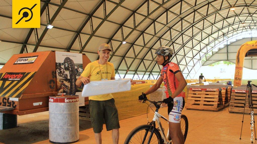 """Na finalização da decoração da pista, Edu Capivara conversa com o atleta da cidade Márcio dos Santos """"Pixaín"""", vencedor da categoria Iniciante."""