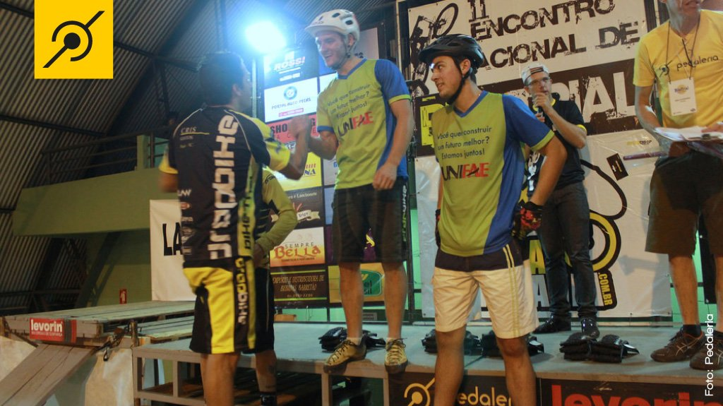 Cris Santos cumprimentando Diego Magno pela vitória na ELITE, e a direita o atleta Rafael Moraes, 3º colocado na PRÓ.