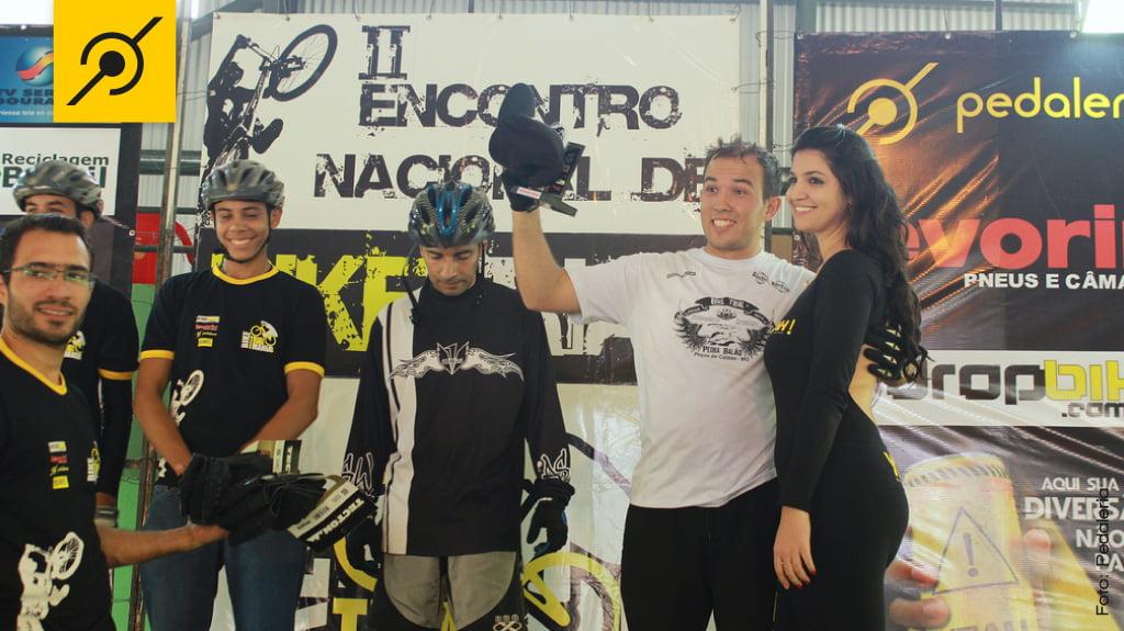 A esquerda, Juarez Júnior (Ciclo Mania) entregando os prêmios da categoria Iniciante.